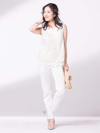 Come indossare: top senza maniche di pizzo bianco, chino bianchi, décolleté in pelle scamosciata grigi, pochette di paglia marrone chiaro