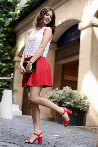 Come indossare e abbinare: top senza maniche di pizzo bianco, gonna a pieghe rossa, sandali con tacco in pelle rossi, pochette in pelle nera
