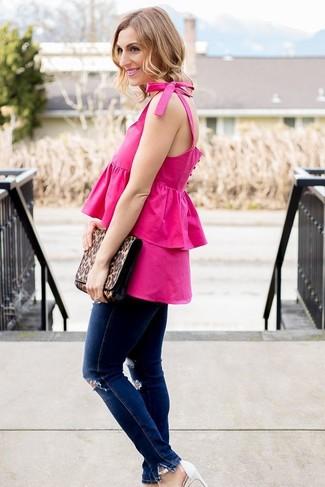 Come indossare e abbinare: top senza maniche con volant fucsia, jeans aderenti strappati blu scuro, sandali con tacco in pelle bianchi, pochette in pelle leopardata marrone
