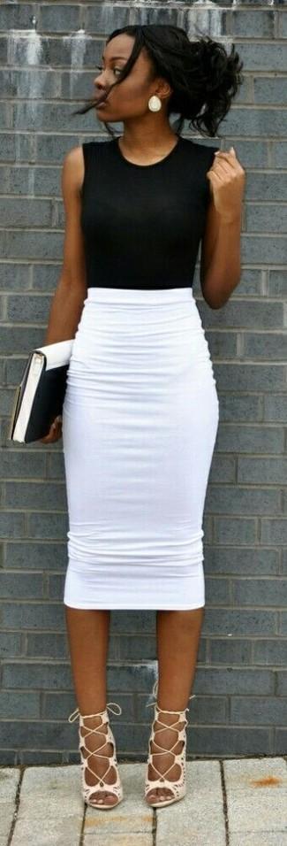 Come indossare e abbinare: top senza maniche nero, gonna a tubino bianca, sandali gladiatore in pelle bianchi, pochette in pelle bianca e nera