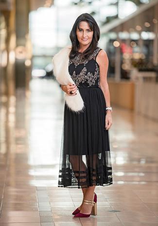 Come indossare e abbinare: top senza maniche decorato nero, gonna longuette di chiffon a pieghe nera, décolleté in pelle scamosciata bordeaux, sciarpa di pelliccia bianca