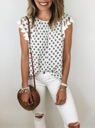 Come indossare: top senza maniche a fiori bianco, jeans aderenti strappati bianchi, borsa a tracolla di paglia marrone, bracciale bianco