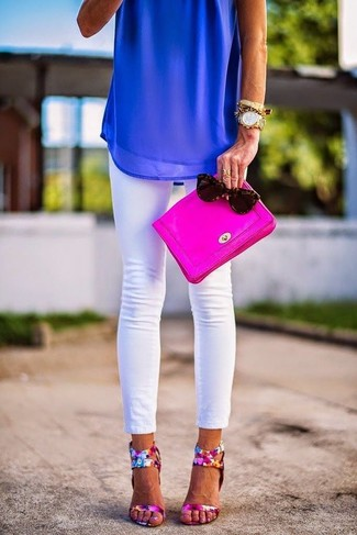 Come indossare e abbinare: top senza maniche di chiffon blu, jeans aderenti bianchi, sandali con tacco in pelle a fiori fucsia, pochette in pelle fucsia