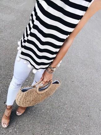 Come indossare e abbinare: top senza maniche a righe orizzontali bianco e nero, jeans aderenti strappati bianchi, sandali con zeppa in pelle marroni, borsa shopping di paglia marrone chiaro