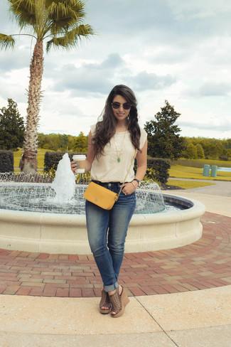 Come indossare: top senza maniche ricamato beige, jeans blu, sandali con zeppa in pelle marroni, borsa a tracolla in pelle senape