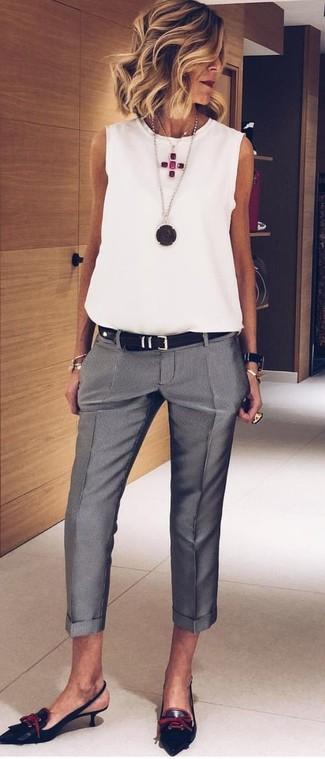 Prova a combinare un top senza maniche di chiffon bianco con pantaloni eleganti grigi per essere casual. Completa il tuo abbigliamento con un paio di décolleté in pelle neri.