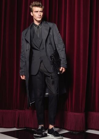 Come indossare e abbinare: trench nero, abito a tre pezzi nero, camicia elegante nera, scarpe derby in pelle nere