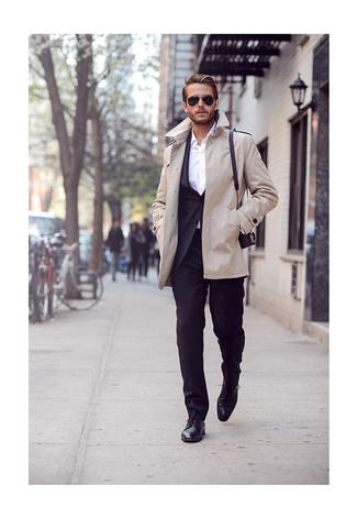 Potresti abbinare un trench con un abito nero per una silhouette classica e raffinata Scegli un paio di scarpe derby in pelle nere per avere un aspetto più rilassato.