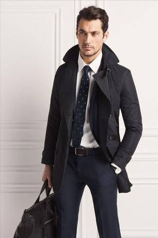 Come indossare e abbinare: trench nero, abito a quadri blu scuro, camicia elegante bianca, borsone in pelle nero