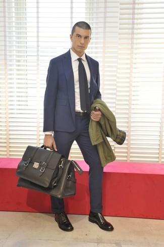 Sfoggia il tuo aspetto migliore con un trench e un abito blu scuro. Ispirati all'eleganza di Luca Argentero e completa il tuo look con un paio di scarpe oxford in pelle nere.