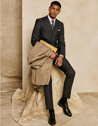 Come indossare e abbinare: trench marrone chiaro, abito di lana grigio scuro, camicia elegante bianca, scarpe oxford in pelle nere