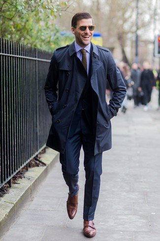 Come indossare: trench blu scuro, abito blu scuro, camicia elegante a righe verticali viola, scarpe double monk in pelle marroni