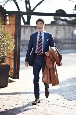 Come indossare: trench marrone, abito blu scuro, camicia elegante azzurra, chukka in pelle marrone scuro