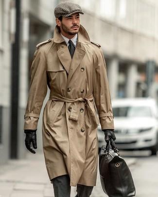 Come indossare e abbinare: trench marrone chiaro, abito di lana grigio scuro, camicia elegante bianca, borsa shopping in pelle nera