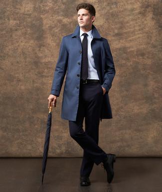 Come indossare e abbinare: trench blu scuro, abito blu scuro, camicia elegante bianca, scarpe oxford in pelle nere