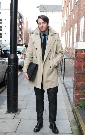 Trend da uomo 2020: Indossa un trench beige e un abito scozzese verde scuro per essere sofisticato e di classe. Scarpe double monk in pelle nere sono una interessante scelta per completare il look.
