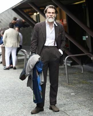 Moda uomo anni 50: Metti un trench blu scuro e un abito marrone scuro per una silhouette classica e raffinata