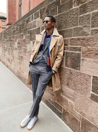 Come indossare e abbinare: trench marrone chiaro, abito a quadri grigio, maglione girocollo a righe orizzontali blu scuro e bianco, sneakers basse in pelle bianche