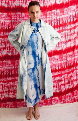 Come indossare: trench effetto tie-dye azzurro, vestito canotta effetto tie-dye blu, t-shirt girocollo effetto tie-dye blu, sandali con tacco in pelle dorati