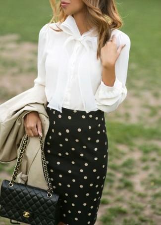 Come indossare: trench beige, blusa abbottonata bianca, gonna a tubino a pois nera e bianca, borsa a tracolla in pelle trapuntata nera