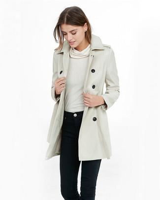 Come indossare: trench beige, maglione con scollo a cappuccio bianco, jeans aderenti neri