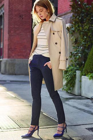 Come indossare: trench beige, maglione girocollo a righe orizzontali beige, pantaloni skinny a righe verticali blu scuro, décolleté in pelle blu scuro