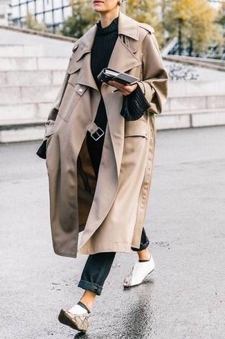 Come indossare: trench beige, maglione girocollo nero, jeans neri, stivaletti in pelle bianchi