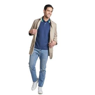 Come indossare e abbinare: trench beige, polo blu scuro, jeans azzurri, sneakers basse in pelle bianche