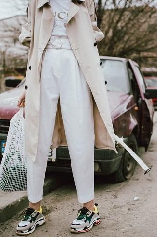 Come indossare: trench beige, t-shirt girocollo stampata bianca, pantaloni stretti in fondo bianchi, scarpe sportive grigie