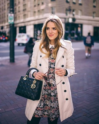 Look alla moda per donna: Trench beige, Vestito a pieghe a fiori nero, Cartella in pelle trapuntata nera, Occhiali da sole marroni