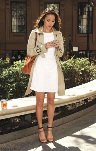 Look alla moda per donna: Trench beige, Vestito a tubino di pizzo bianco, Sandali con tacco in pelle marrone chiaro, Borsa shopping in pelle terracotta