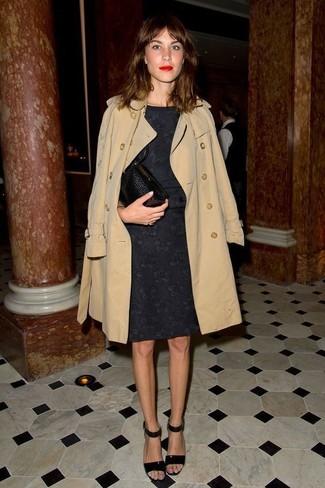 Look alla moda per donna: Trench beige, Vestito a tubino di pizzo nero, Sandali con tacco in pelle neri, Pochette in pelle nera