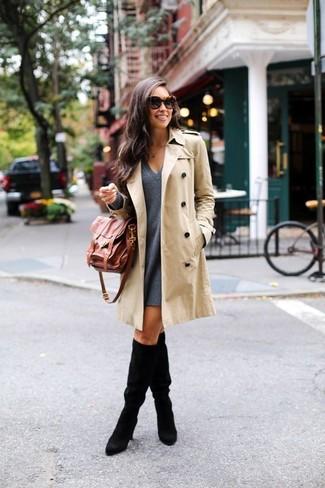 Look alla moda per donna: Trench beige, Vestito scampanato di lana grigio scuro, Stivali al ginocchio in pelle scamosciata neri, Cartella in pelle marrone