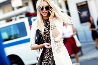 Come indossare: trench bianco, vestito a tubino leopardato marrone, pochette in pelle con borchie nera