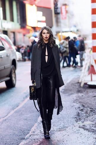 Come indossare: trench leggero nero, blazer grigio scuro, camicetta manica lunga nera, jeans aderenti in pelle neri