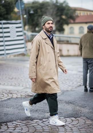Trend da uomo: Abbina un trench marrone chiaro con chino verde scuro per creare un look smart casual. Per distinguerti dagli altri, calza un paio di sneakers alte in pelle bianche.