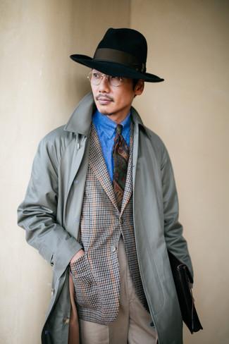Come indossare: trench grigio, blazer con motivo pied de poule grigio, camicia di jeans blu, pantaloni eleganti beige