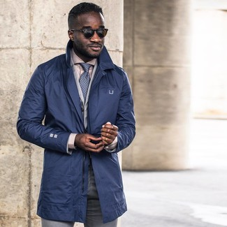 Come indossare e abbinare: trench blu scuro, blazer di cotone grigio, camicia elegante beige, pantaloni eleganti grigi