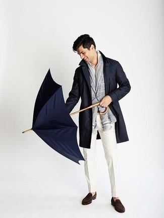 Trend da uomo 2020 quando fa freddo: Coniuga un trench blu scuro con pantaloni eleganti bianchi per un look elegante e di classe. Mocassini eleganti in pelle scamosciata marrone scuro renderanno il tuo look davvero alla moda.
