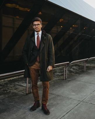 Trend da uomo 2020: Potresti abbinare un trench verde oliva con pantaloni eleganti di velluto a coste marroni per un look elegante e alla moda. Vuoi osare? Completa il tuo look con un paio di stivali casual in pelle scamosciata marrone scuro.