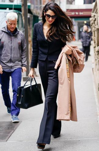 Trend da donna: Opta per un trench marrone chiaro e pantaloni a campana di lana neri per essere sofisticata e di classe. Décolleté in pelle neri sono una buona scelta per completare il look.