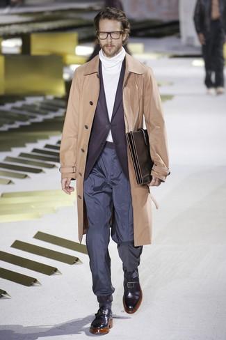 Come indossare e abbinare: trench marrone chiaro, blazer melanzana scuro, dolcevita bianco, chino blu scuro