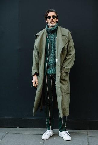 Come indossare: trench verde oliva, blazer a righe verticali verde scuro, dolcevita lavorato a maglia verde, pantaloni eleganti a righe verticali verde scuro