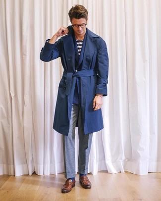 Come indossare e abbinare: trench blu scuro, blazer doppiopetto di lana blu scuro, t-shirt girocollo a righe orizzontali bianca e blu scuro, pantaloni eleganti di lana grigi
