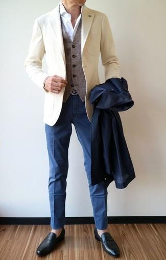Come indossare: trench blu scuro, blazer beige, gilet di lana grigio, camicia elegante bianca