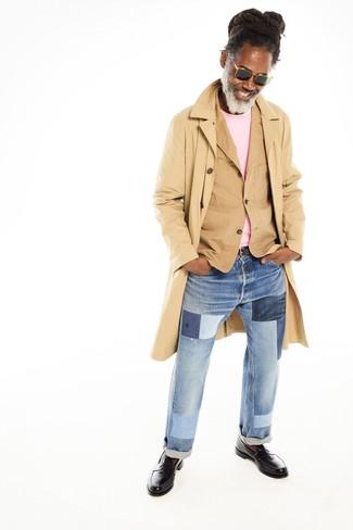 Come indossare e abbinare: trench marrone chiaro, blazer di cotone marrone chiaro, maglione girocollo rosa, jeans patchwork azzurri