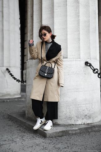 Come indossare: trench beige, blazer nero, maglione girocollo grigio, pantaloni larghi neri