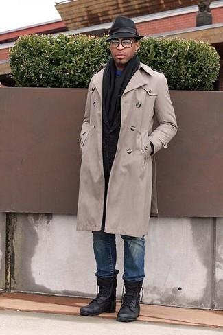 Trend da uomo 2020 in autunno 2020: Metti un trench beige e jeans blu per un drink dopo il lavoro. Scegli un paio di stivali da lavoro in pelle neri come calzature per un tocco più rilassato. È buona idea per le temperature autunnali!