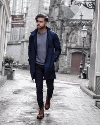 Trend da uomo 2020: Potresti abbinare un trench blu scuro con jeans neri per un abbigliamento elegante ma casual. Stivali casual in pelle marroni sono una gradevolissima scelta per completare il look.
