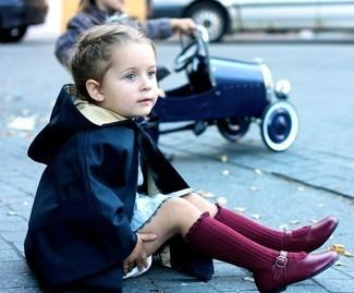 Come indossare: trench blu scuro, vestito azzurro, ballerine bordeaux, calzini bordeaux